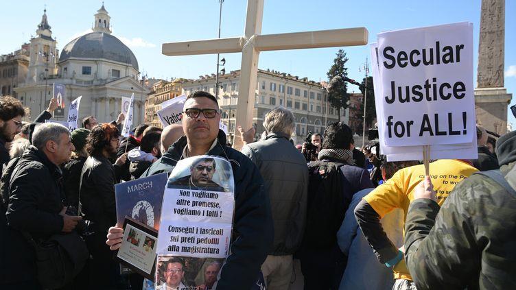 Manifestation de victimes de pédophilie dans l'Eglise à Rome, le 23 février 2019. (VINCENZO PINTO / AFP)