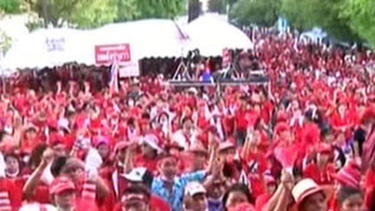 Marée rouge de manifestants antigouvernementaux à Bangkok (13/04/2009) (France 2)