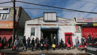 Des habitants font la queue pour acheter de l'essence,le 8 novembre 2012 à New York (Etats-Unis). (MARIO TAMA / GETTY IMAGES NORTH AMERICA)
