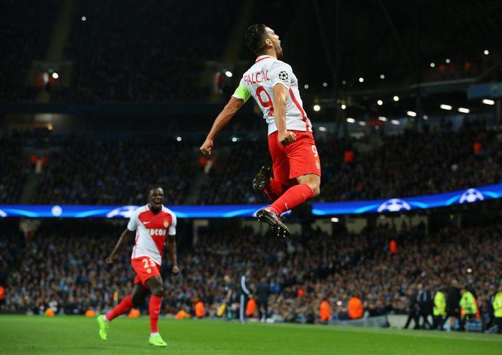 L'attaquant colombien Radamel Falcao fête son but marqué pour Monaco sur la pelouse de Manchester City en 8e de finale de la Ligue des champions, le 21 février 2017. (ALEX LIVESEY - UEFA / UEFA)