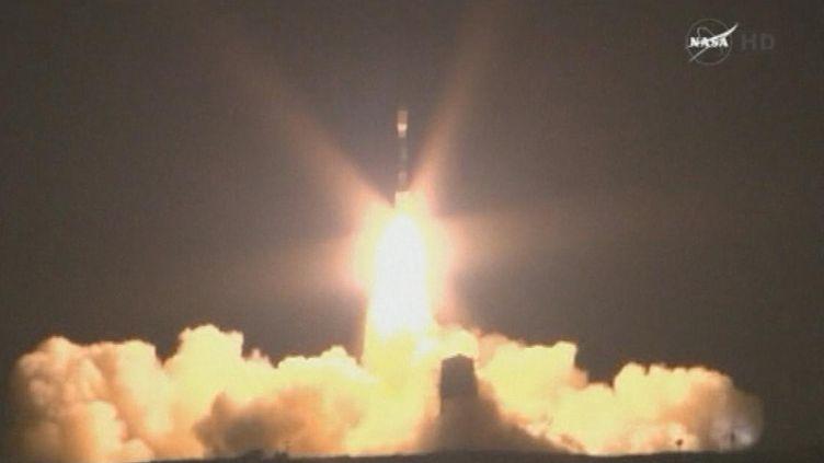 La fusée Delta II, transportant un satellite d'observation nouvelle génération, s'arrache de son pas de tir, le 28 octobre 2011, en Californie (Etats-Unis). (NASA / REUTERS)