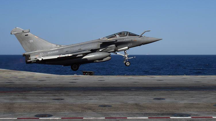 """Un avion Rafale décolle du porte-avions """"Charles-de-Gaulle"""", le 23 novembre 2015, dans la mer Méditerranée. (ANNE-CHRISTINE POUJOULAT / AFP)"""