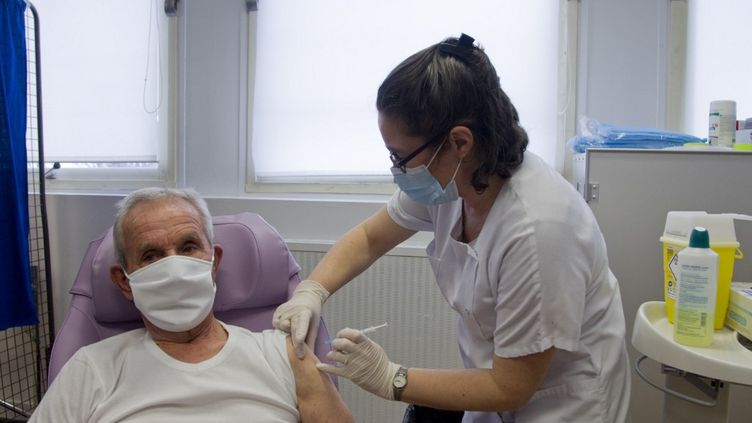 Unhomme reçoit une injection d'un des vaccins contre le Covid-19, au centre de vaccination de Briançon (Hautes-Alpes), le 28 janvier 2021. (THIBAUT DURAND / HANS LUCAS / AFP)