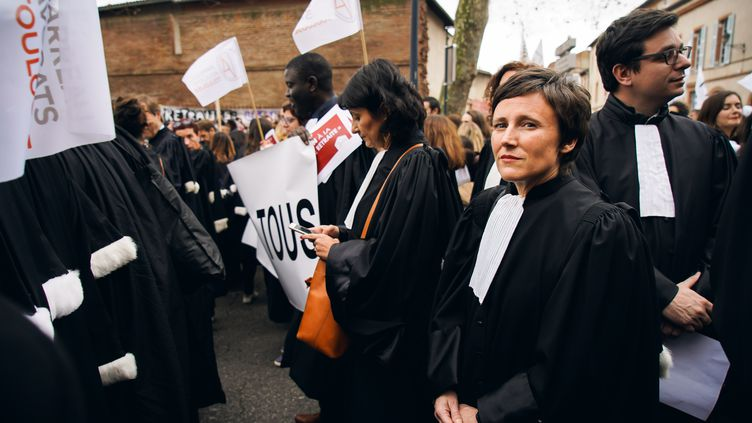 Des avocats défilent dans les rues de Toulouse contre la réforme des retraites, le 17 décembre 2019. (VALENTIN BELLEVILLE / HANS LUCAS / AFP)