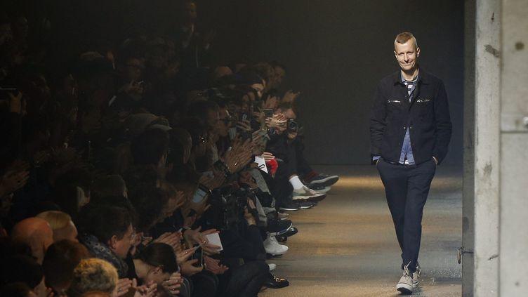 Le créateurLucas Ossendrijver lors de la présentation de la collection Automne/Hiver 2017 de Lanvin pour la Fashion Week hommes.  (FRANCOIS GUILLOT / AFP)
