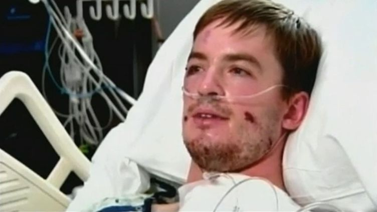 Stephen Parton, rescapé de la tuerie survenue le 20 juillet 2012 à Denver (Etats-Unis), sur son lit d'hôpital le 21 juillet 2012. (FTVI)