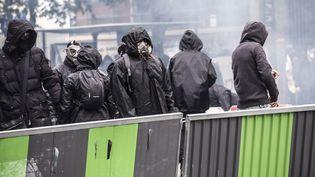 Des manifestants du black bloc, le 1er mai 2018, à Paris. (YANN CASTANIER / HANS LUCAS)