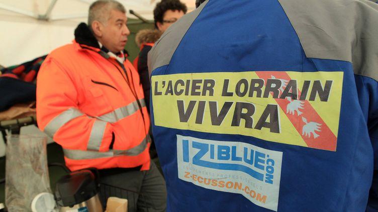 Une dizaine d'ouvriers de Florange ont passé la nuit devant le ministère de l'Economie et des Finances, ici au matin du 29 novembre 2012 à Paris. (MAXPPP)