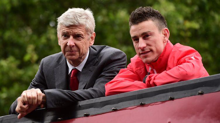 Laurent Koscielny et Arsène Wenger. (LEON NEAL / AFP)