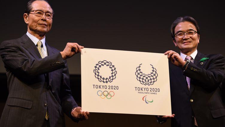 A gauche le logo des Jeux olympiques, à droite celui des Jeux paralympiques (TOSHIFUMI KITAMURA / AFP)