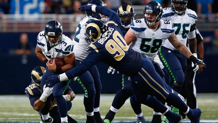 Michael Brockers (N.90) des Rams face à Russell Wilson des Seahawks (JAMIE SQUIRE / GETTY IMAGES NORTH AMERICA)