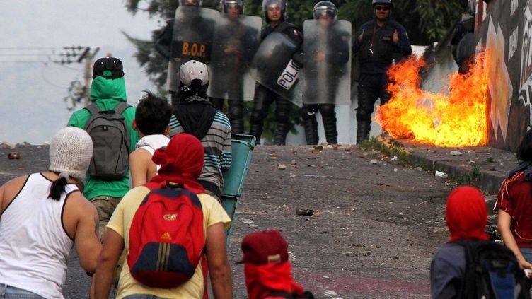 De violents heurts y ont lieu entre des étudiants et la police anti-émeute. Depuis décembre 2015, l'opposition vénézuélienne qui a gagné les élections législativescontrôle le Parlement. Et alors qu'elle s'emploie à limiter les pouvoirs (voire à faire partir) du président, ce dernier riposte pour se maintenir en place. Les manifestations font suite à la décision du Tribunal suprême de justice, favorable au président Maduro, de réduire fortement la marge de manœuvre du Parlement. Le président socialiste mène un bras de fer institutionnel avec l'opposition qui tend à paralyser le pays. Pénuries en tous genres continuent de sévir. La dernière en date, la farine. Et sans farine, pas de pain. De quoi échauffer un peu plus les esprits. (AFP PHOTO/GEORGE CASTELLANO)