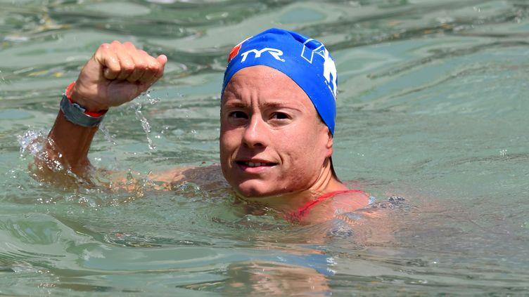 La nageuse française Aurélie Muller après sa victoire dans l'épreuve du 10 kilomètres en eau libre aux championnats du monde de natation, le 16 juillet 2017 àBalatonfüred, en Hongrie. (ATTILA KISBENEDEK / AFP)