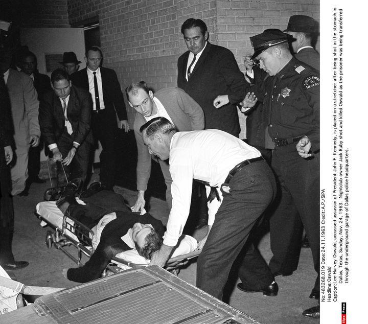 L'homme accusé de l'assassinat du président John F. Kennedy, Lee Harvey Oswald, est placé sur un brancard après qu'on lui a tiré dans l'estomac, à Dallas, au Texas, le 24 novembre 1963. (AP / SIPA )