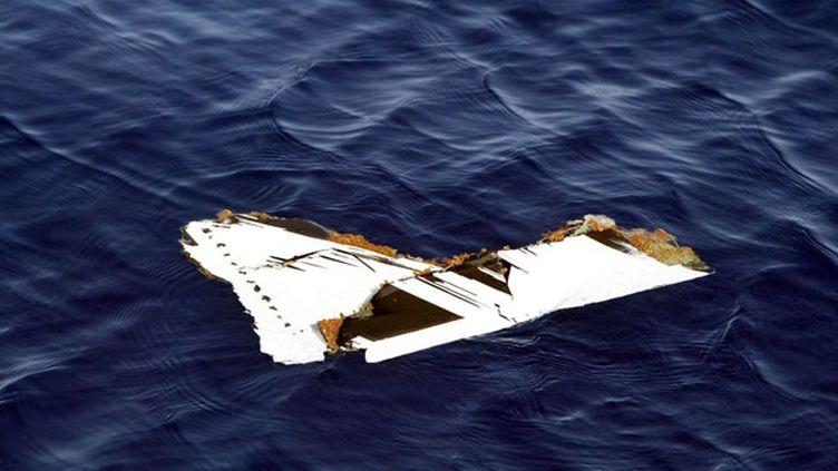 (Un morceau du fuselage du Boeing 737 qui s'est abîmé en mer le 3 janvier 2004 au large de Charm el-Cheikh, dans le sud du Sinaï © Maxppp)