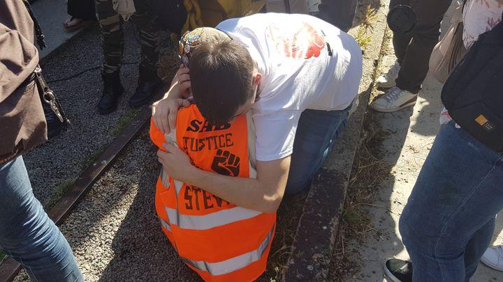 Des proches de Steve Maia Caniço s'enlacent pendant la marche en sa mémoire, le 21 juin 2020 à Nantes (Loire-Atlantique). (FABIEN MAGNENOU / FRANCEINFO)