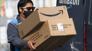 Un livreur de chez Amazon dans une rue d'Hawthorne (Californie). Photo d'illustration. (PATRICK T. FALLON / AFP)