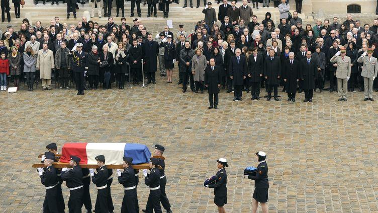 La dépouille de Stéphane Hessel saluée par François Hollande dans la cour des Invalides, à Paris, le 7 mars 2013. (MAXPPP)
