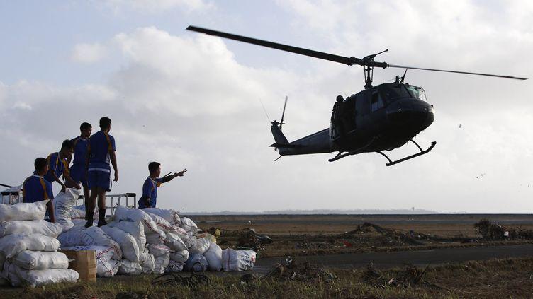 Un hélicoptère militaire apporte de l'aide d'urgence aux sinistrés du typhon Haiyan, le 11 novembre 2013, à Tacloban (Philippines). (ERIK DE CASTRO / REUTERS)