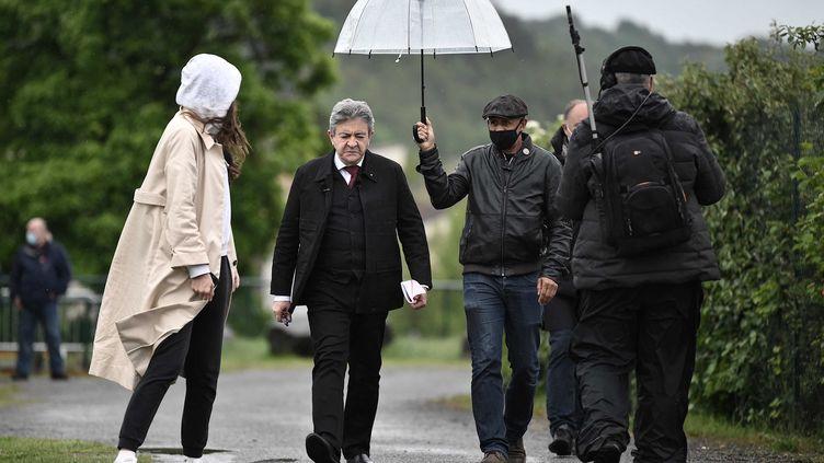 Jean-Luc Melenchon lors de son arrivée à son premier meeting, le 16 2021, à Aubin. (LIONEL BONAVENTURE / AFP)
