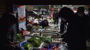 Un marché de Wuhan en Chine le 24 janvier 2020. (HECTOR RETAMAL / AFP)