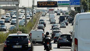 Des voitures roulent sur le péripherique parisien un jour de pollution, en juillet 2018. (GERARD JULIEN / AFP)