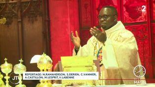 Rodrigue Marino Nguekam, curé de la cathédrale d'Auch, lors de la messe du jeudi 24 décembre à Auch, dans le Gers. (France 2)