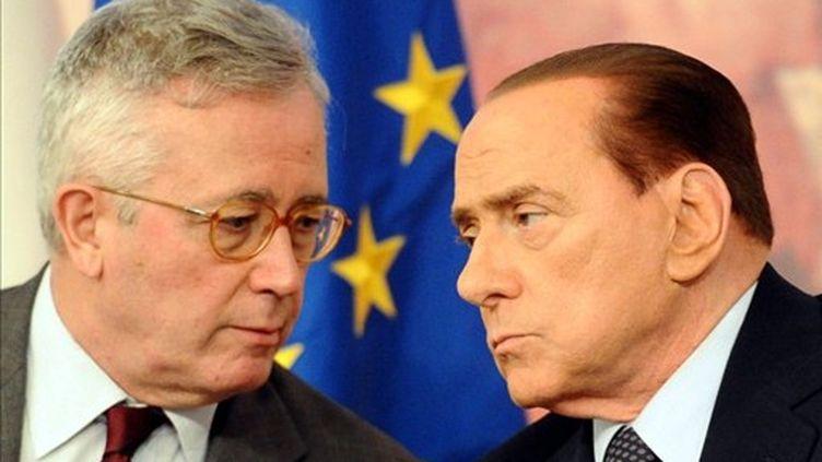 Silvio Berlusconi (d) et Giulio Tremonti (g)échangent lors d'une conférence au palais Chigi, le 5 août 2011. (AFP - Vincenzo Pinto)
