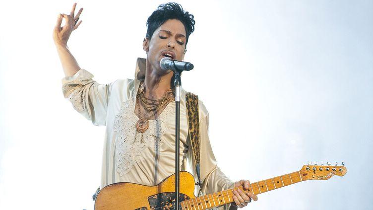 Prince Rogers Nelson sur scène en 2011 (G-B).  (Neil Lupin / Redferns / Getty Images)