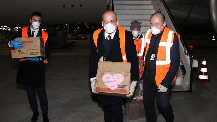 Du matériel médical chinois arrive à l'aéroport Fiumicino de Rome (Italie), le 13 mars 2020. (STRINGER / ANSA / AFP)