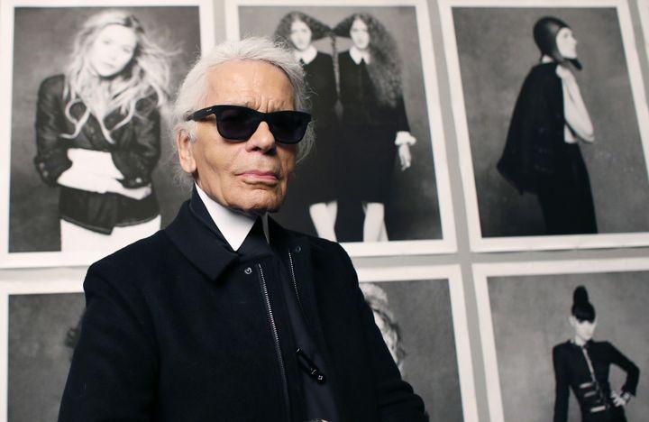 """Karl Lagerfeld devant son expo photo """"Little Black Jacket"""" au Grand Palais à Paris, novembre 2012  (PATRICK KOVARIK / AFP)"""