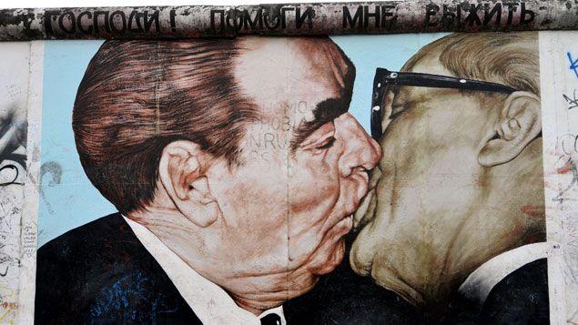 (L'oeuvre de Dmitri Vrubel, Le baiser de l'amitié peinte sur le Mur de Berlin. © Maxppp)