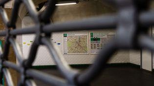 La station Gambetta fermée, jeudi 5 décembe 2019 à Paris. (AMAURY CORNU / HANS LUCAS / AFP)