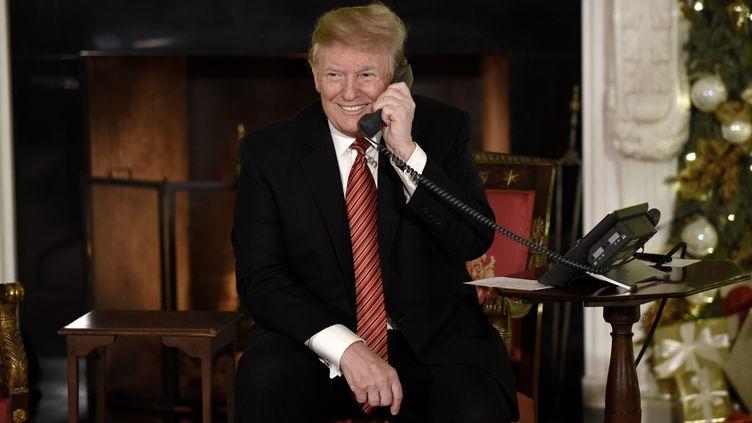 Le président américain, Donald Trump, répond aux appels d'enfants pour Noël depuis la Maison Blanche, le 24 décembre 2018 à Washington (Etats-Unis). (OLIVIER DOULIERY / CONSOLIDATED NEWS PHOTOS / AFP)