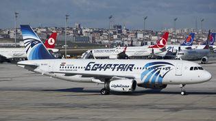 Un avion d'Egyptair sur le tarmac de l'aéroport Ataturk d'Istanbul, le 20 mai 2016. (NICOLAS ECONOMOU / NURPHOTO / AFP)