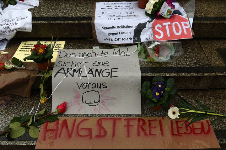 Des fleurs et des messages contre les violences sexuelles, déposées sur les parches du parvis de la gare centrale, à Cologne, le 11 janvier 2016. (PATRIK STOLLARZ / AFP)
