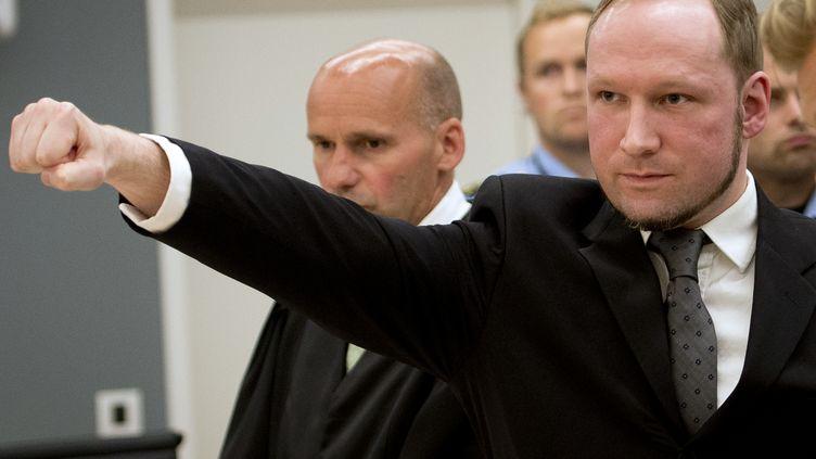 Le salut d'extrême-droite d'Anders Behring Breivik quittant le tribunal d'Oslo (Suède), le 24 août 2012. (ODD ANDERSEN / AFP)