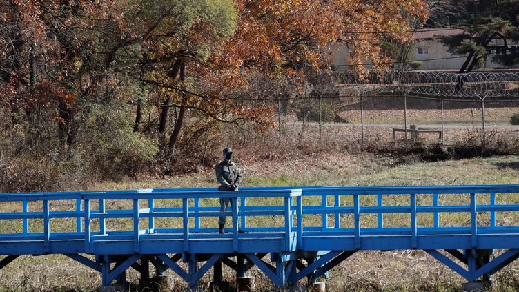Un soldat sud-coréendans la zone démilitarisée (DMZ) qui divise la péninsule coréenne, le 4 novembre 2020. (LEE JIN-MAN / AFP)