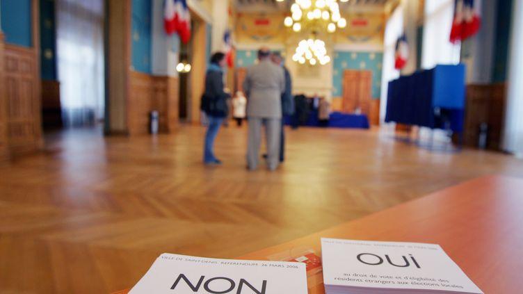 Lors d'un référendum symbolique sur le droit de vote des étrangers, en mars 2006 à Saint-Denis (Seine-Saint-Denis). (JOEL SAGET / AFP)