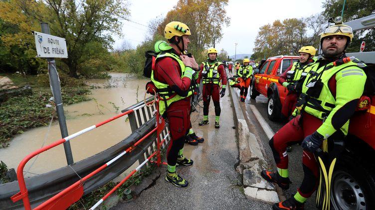 Des membres de la sécurité civile participent aux opérations de secours, le 24 novembre 2019, au Muy (Var). (VALERY HACHE / AFP)
