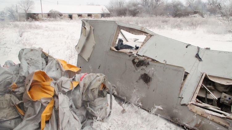 Des débris de la carlingue détruite du vol MH17 sont stocké dans un hangar abandonné à Grabovo, dans la région de Donetsk (Ukraine), le 6 décembre 2014. ( RIA NOVOSTI / AFP)