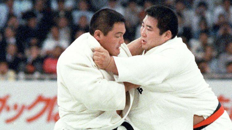 Hitoshi Saito (à droite) face à Yasuhiro Yamashita en avril 1985 (KYODOWC126361.JPG K/NEWSCOM/SIPA / SIPA USA)