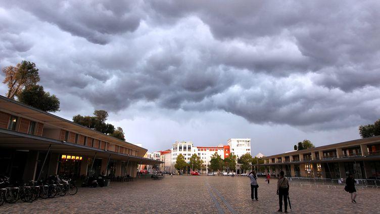 Ciel orageux sur le parvis de la mairie de Montpellier (Hérault), le 17 septembre 2014. (MAXPPP)