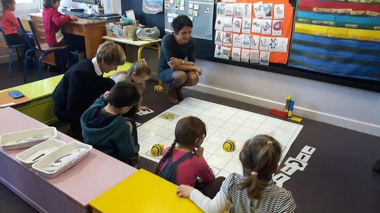 Une fois programmé, le robot progresse seul sur les cases, sous les yeux des enfants. (Johan Moison)