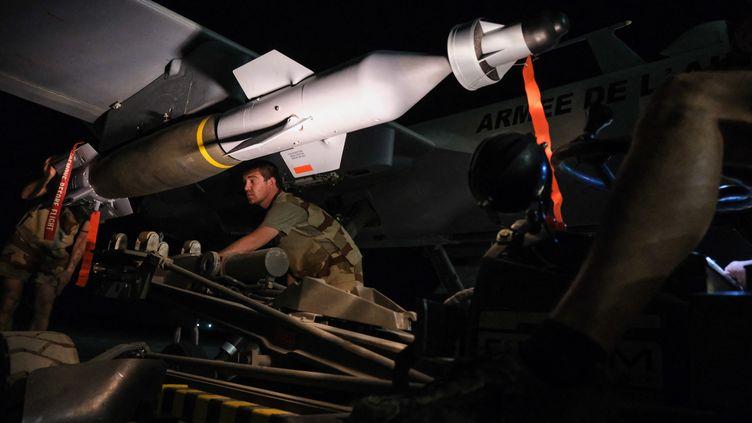 Niamey au Niger, avril 2021. Un drone Reaper armé de deux bombes GBU-12 dans la base aérienne de Niamey, l'armée française déploie des drones au Sahel pour combattre les djihadistes. Les drones français sont armés depuis 2019. (FRED MARIE / HANS LUCAS / AFP)