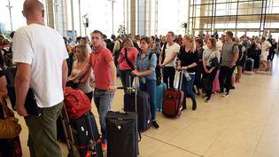 Des touristes en attente d'embarquement à Charm el-Cheikh (Egypte), où les autorités ont suspendul'arrivée des vols des compagnies britanniques, vendredi 6 novembre. (MOHAMED EL-SHAHED / AFP)