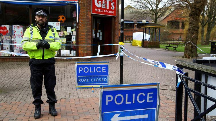 Un policier interdit l'accès au parc où l'ex-agent double Sergueï Skripal et sa fille Youlia ont été retrouvés empoisonnés neuf jours plus tôt,mardi 13 mars 2018 à Salisbury, dans le sud de l'Angleterre. (GEOFF CADDICK / AFP)