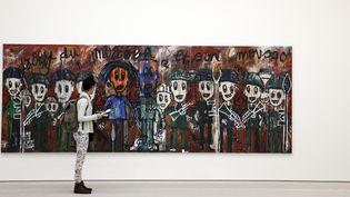 """""""Djoly du Mogoba"""", une peinture de l'artiste ivoirien Aboudia à la Saatchi Gallery à Londres le 1er avril 2014  (Adrian Dennis / AFP)"""