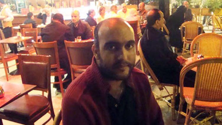 Slim Azzabi à une terrasse de café, avenue Bourguiba, à Tunis. (Photo Laurent Ribadeau Dumas)