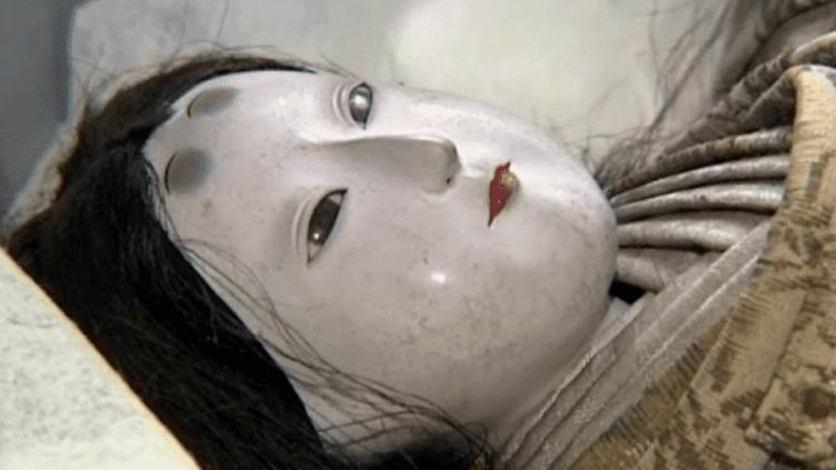 L'une des quatorzes poupées qui dormaient dans les réserves duMuséum d'Histoire Naturelle de Rouen  (Capture d'écran / Culturebox)